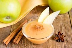Compote de pommes avec de la cannelle Photographie stock