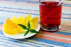 Compote en fruitsuikergoed op een doek Stock Fotografie