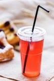 Compote fraîche des fruits secs dans des tasses en plastique sur la table rustique avec des pâtés en croûte image libre de droits