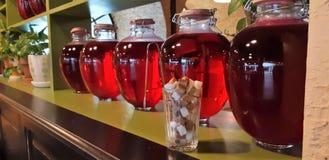 Compote van bessen en appelen in kruiken Verscheidene Kleurrijke blikken compote op een houten plank Selectieve nadruk ondiep stock afbeelding