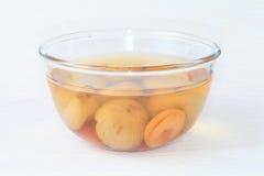 Gestoofd fruit in een kom. Royalty-vrije Stock Foto's