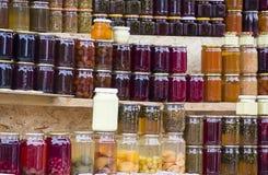 Compotes, confiture, confitures et sauces géorgiennes traditionnelles des baies, fruits et légumes à la maison Image libre de droits