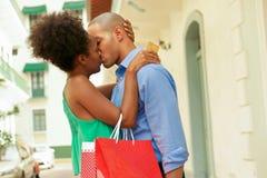 Compra afro-americano dos pares com beijo do cartão de crédito Fotografia de Stock