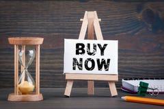 Compra agora Temporizador de Sandglass, de ampulheta ou de ovo na tabela de madeira imagem de stock