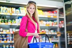 Compra bonita da jovem mulher em uma mercearia/supermercado Fotos de Stock Royalty Free