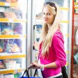 Compra bonita da jovem mulher em uma mercearia/supermercado Imagens de Stock