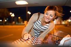 Compra bonita da jovem mulher em uma mercearia/supermercado Fotografia de Stock