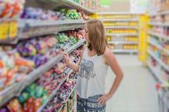 Compra bonita da jovem mulher para produtos do mantimento em um supermercado da mercearia Foto de Stock Royalty Free