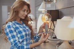 Compra bonita da mulher para a iluminação a favor do meio ambiente fotos de stock