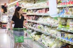 Compra chinesa nova da mulher no supermercado foto de stock royalty free