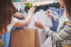 Compra com bestie compra de duas mulheres na loja Feche acima da vista fotografia de stock