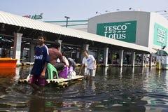Compra com a jangada na inundação Fotos de Stock Royalty Free