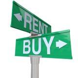 Compra contra a venda do sinal de rua em dois sentidos Fotos de Stock Royalty Free