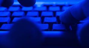 Compra criminal en red oscura Hombre del POV que mecanografía en el teclado Fotografía de archivo