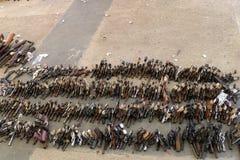A compra da arma para trás programa fotos de stock