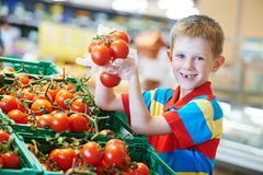 Compra da criança no supermercado Fotos de Stock Royalty Free