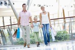 Compra da família na alameda imagens de stock royalty free