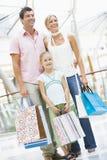 Compra da família na alameda fotografia de stock royalty free