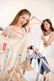 Compra da forma - a mulher dois escolhe a roupa da venda imagens de stock royalty free