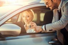 Compra da jovem mulher apenas um carro novo Imagem de Stock