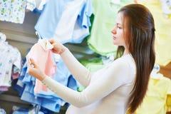 Compra da jovem mulher durante a gravidez fotos de stock royalty free