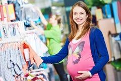 Compra da jovem mulher durante a gravidez imagem de stock