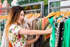 Compra da jovem mulher no armazém da forma fotos de stock
