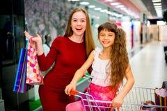 Compra da mãe com filha Fotos de Stock