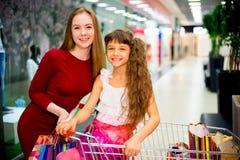 Compra da mãe com filha Foto de Stock