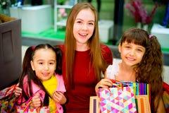 Compra da mãe e das filhas Foto de Stock