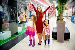 Compra da mãe e das filhas Fotografia de Stock Royalty Free