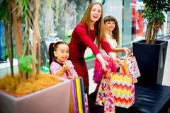 Compra da mãe e das filhas Imagem de Stock