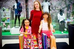 Compra da mãe e das filhas Fotos de Stock