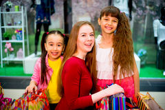 Compra da mãe e das filhas Foto de Stock Royalty Free