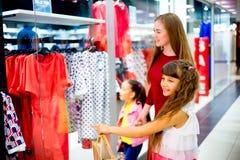 Compra da mãe e das filhas Imagens de Stock Royalty Free