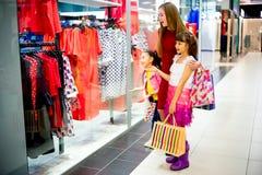 Compra da mãe e das filhas Imagens de Stock