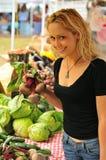 Compra da menina no mercado do fazendeiro Foto de Stock Royalty Free