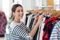 Compra da mulher em uma loja de roupa Imagens de Stock Royalty Free