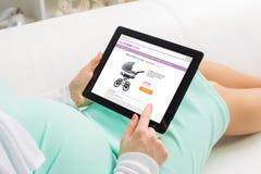 Compra da mulher gravida em linha imagens de stock royalty free