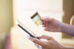 Compra da mulher no Internet com smartphone e cartão de crédito Fotografia de Stock Royalty Free