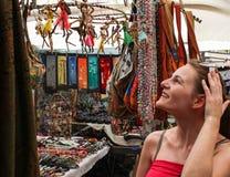 Compra da mulher no mercado imagem de stock