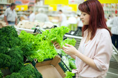 Compra da mulher no supermercado Foto de Stock