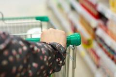 Compra da mulher no supermercado Imagens de Stock Royalty Free
