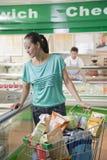 Compra da mulher no supermercado, olhando o alimento, Pequim fotos de stock