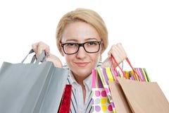 Compra da mulher nova com sacos foto de stock