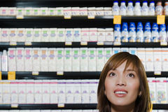 Compra da mulher nova em um supermercado fotografia de stock royalty free