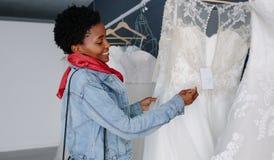 Compra da mulher para o equipamento wedding no boutique nupcial fotos de stock