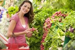 Compra da mulher para o produto no supermercado fotografia de stock royalty free