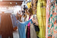 Compra da mulher para a roupa imagem de stock royalty free