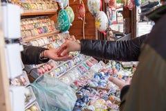 Compra da Páscoa - o vendedor recebe o pagamento Imagens de Stock Royalty Free